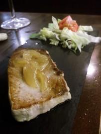 Tuna steak with caramelized onions